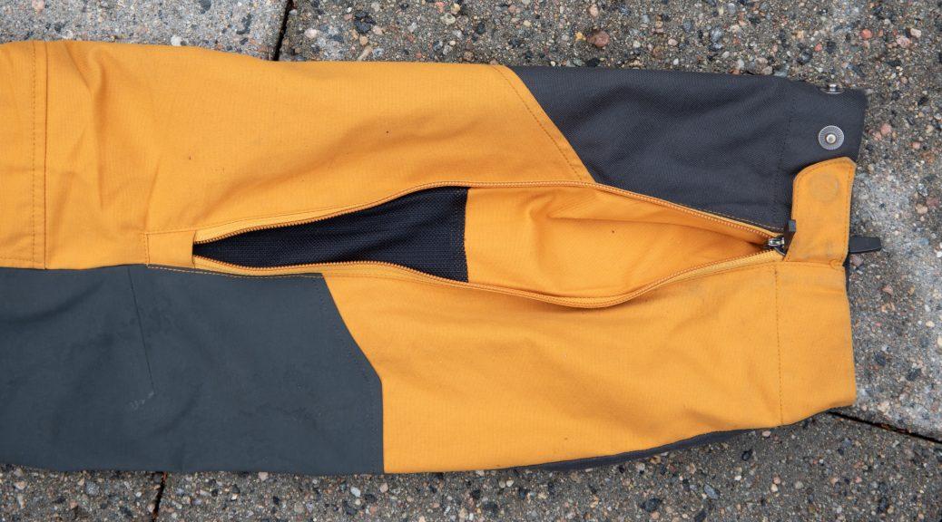 Ventilen i bunnen av buksebeinet har et mesh stoff på innsiden.