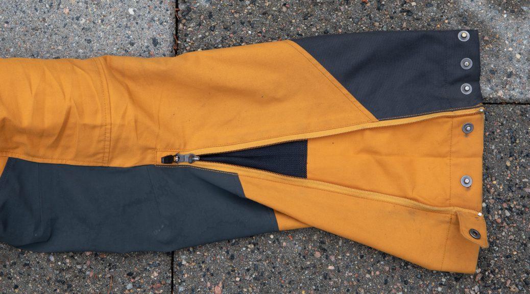 Med dobbel glidelås i bunnen av ventilen kan du reversere åpningen og dermed tre buksene over store skisko, perfekt for topptur.